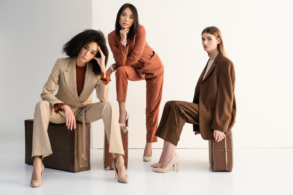 Drei Frauen in Brauntönen mit High Heels