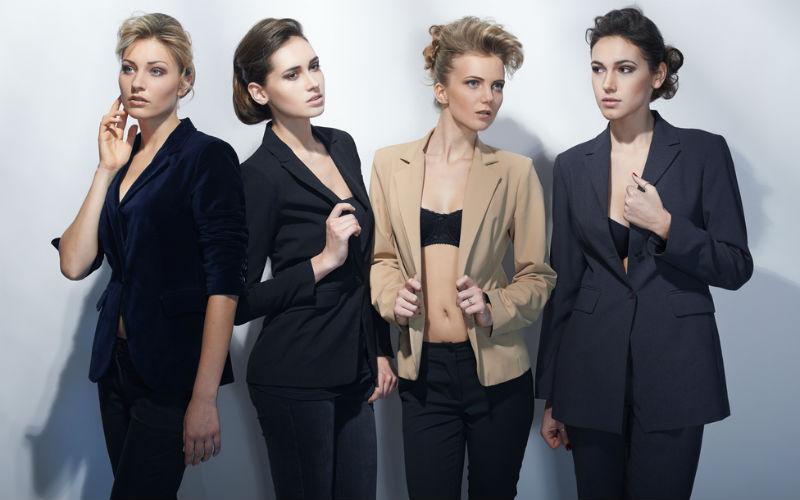 Frauen in Anzügen