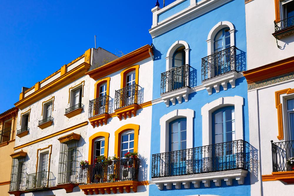 Häuserfassaden in Triana Sevilla