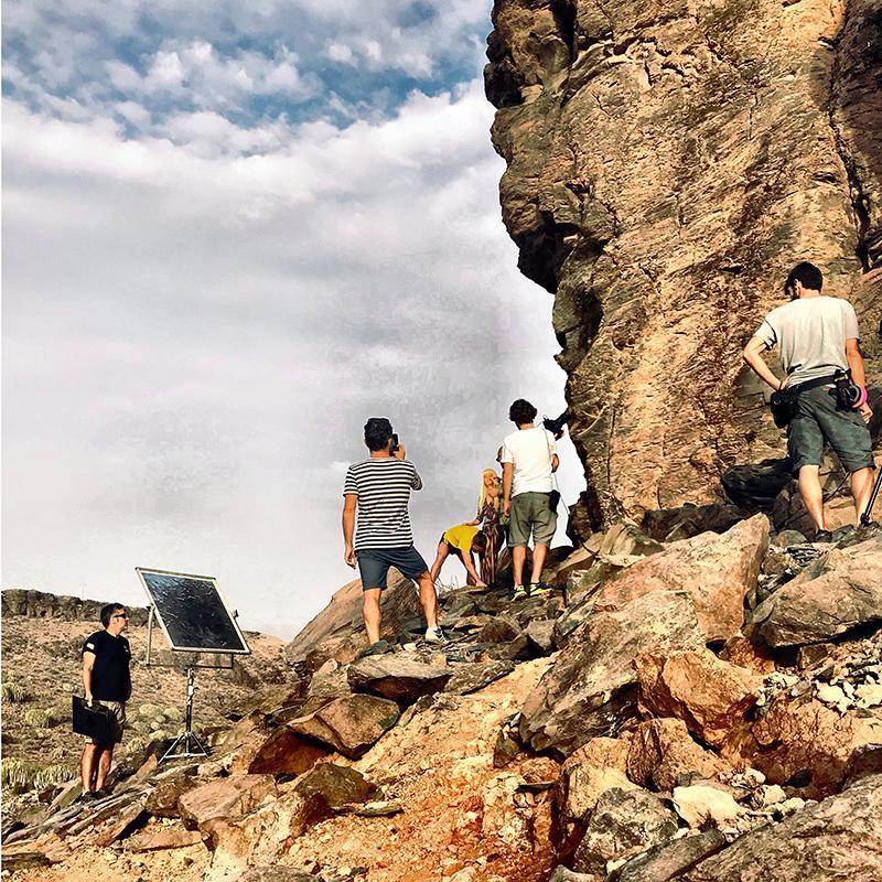 Ana Alcazar Fashion Shooting an einem Felsen in Gran Canaria