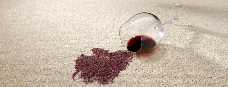 Rotweinfleck auf Teppich