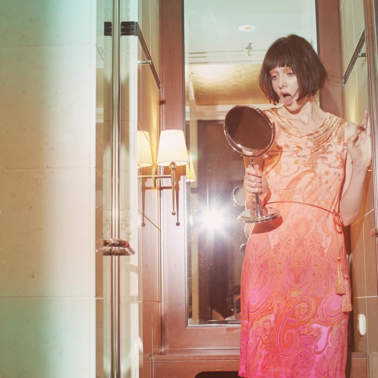 Pastellfarbenes Kleid mit Ornamenten