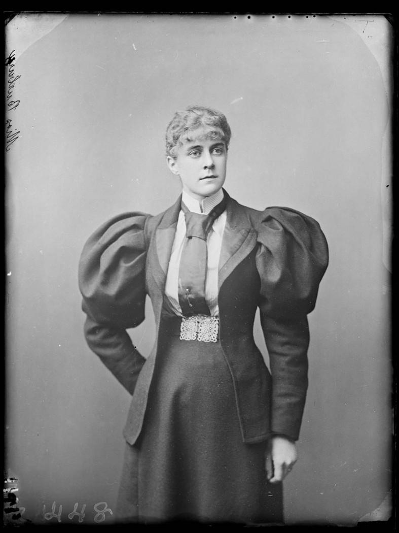 Frau mit Keulenärmel um 1900