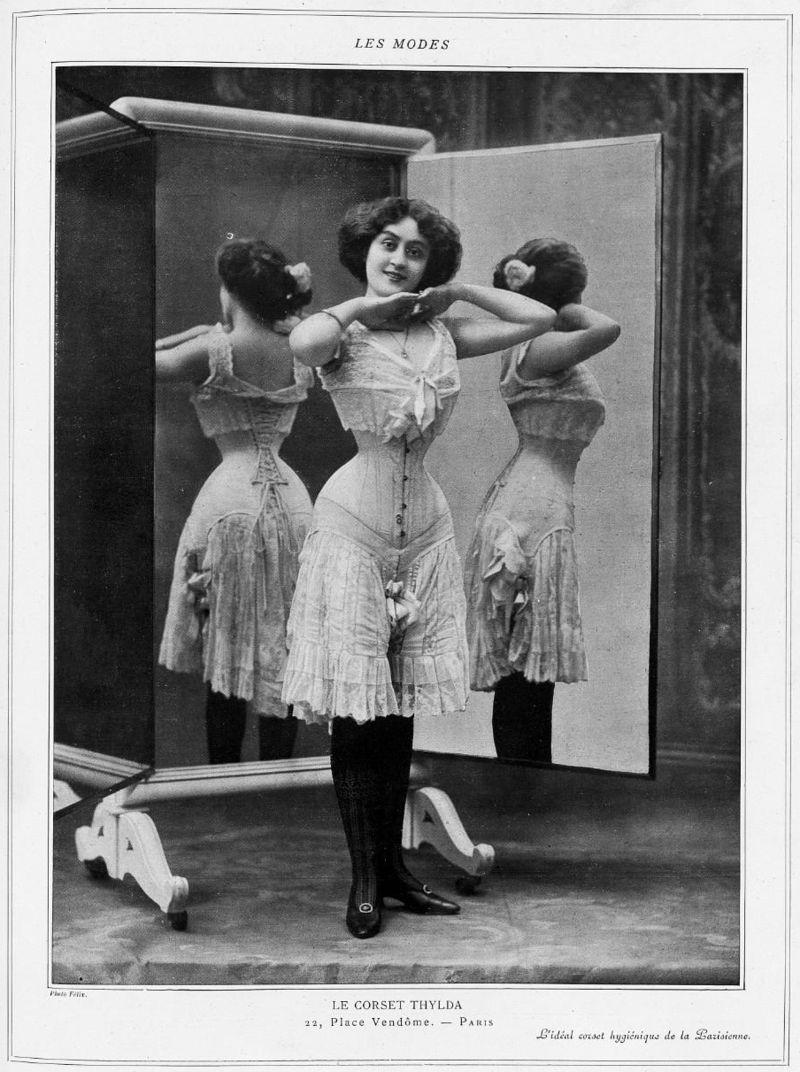 Korsettträgerin mit Wespentaille 1908