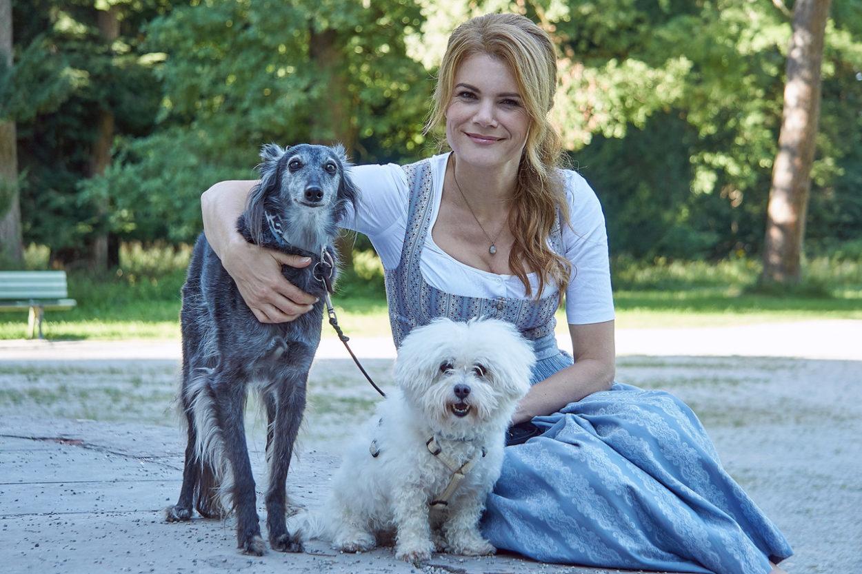 Schauspielerin Silke Popp mit ihren Hunden Milli und Snoopy