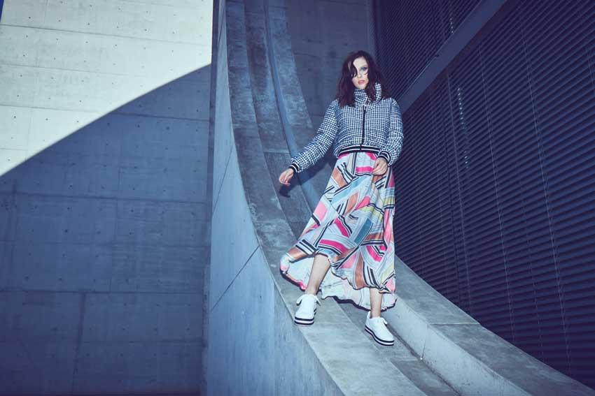 Pastellfarbenes Kleid kombiniert mit Hahnentritt-Jacke von Ana Alcazar