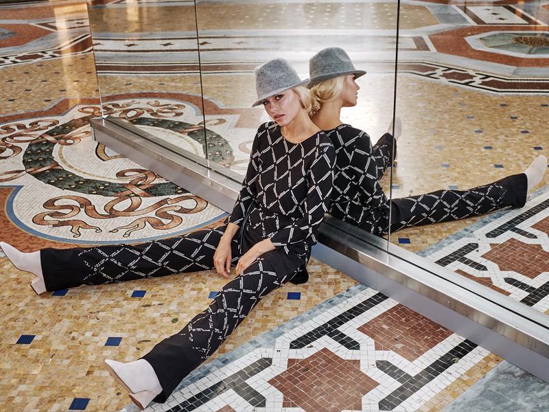 Model in Ana Alcazar sitzend in der Galleria Vittorio Emanuele II in Mailand