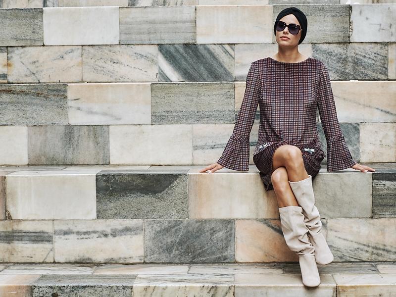 Ana Alcazar Model auf Marmortreppe in Mailand