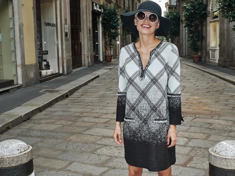 Model in Karokleid auf der Via Monte Napoleone in Mailand