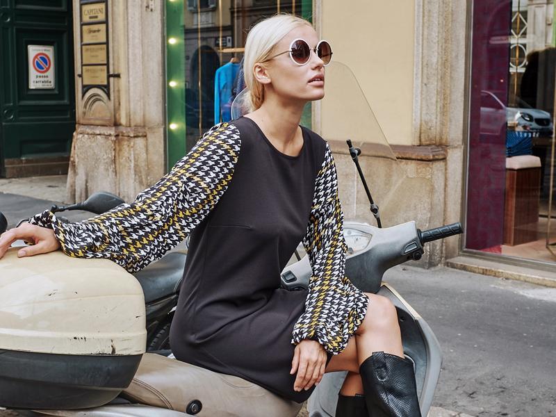 Model in Ana Alcazar Kleid auf einer Vespa in Mailand