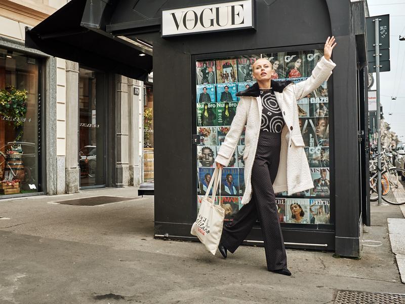 Model vor einem Zeitschriftenstand in Mailand