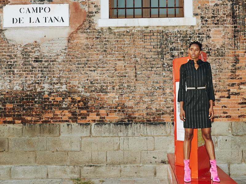Ana Alcazar Editorial Shooting in Venedig 2018 - Nadelstreifenkleid mit Volantärmeln