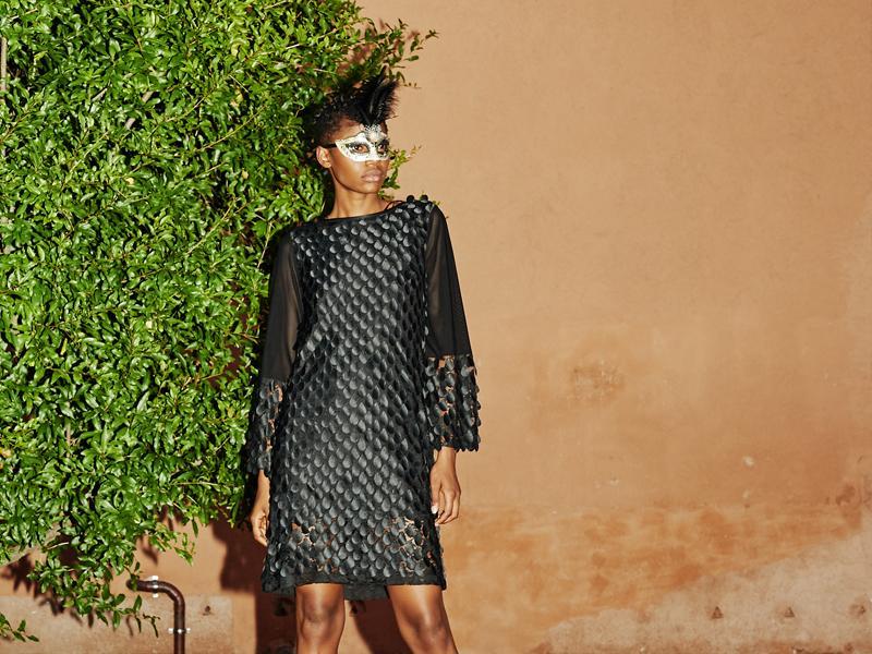 Ana Alcazar Editorial Shooting in Venedig 2018 - Schwarzes Kleid mit Satinplättchen
