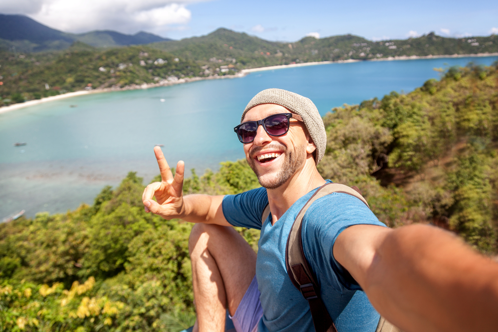 Mann der ein Selfie im Urlaub macht
