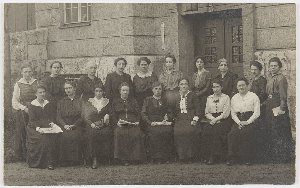 Weiblichen Abgeordneten der MSPD in der Weimarer Nationalversammlung 1919. Dritte von rechts (sitzend): Frauenrechtlerin Marie Juchacz.