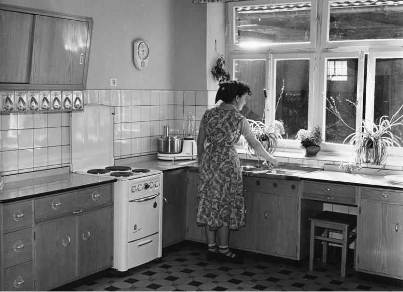 Frau am Herd in den 50er Jahren