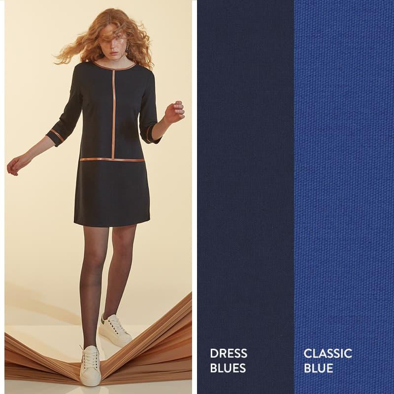 Model trägt blaues A-Linien Kleid mit grafischem Satinstreifen