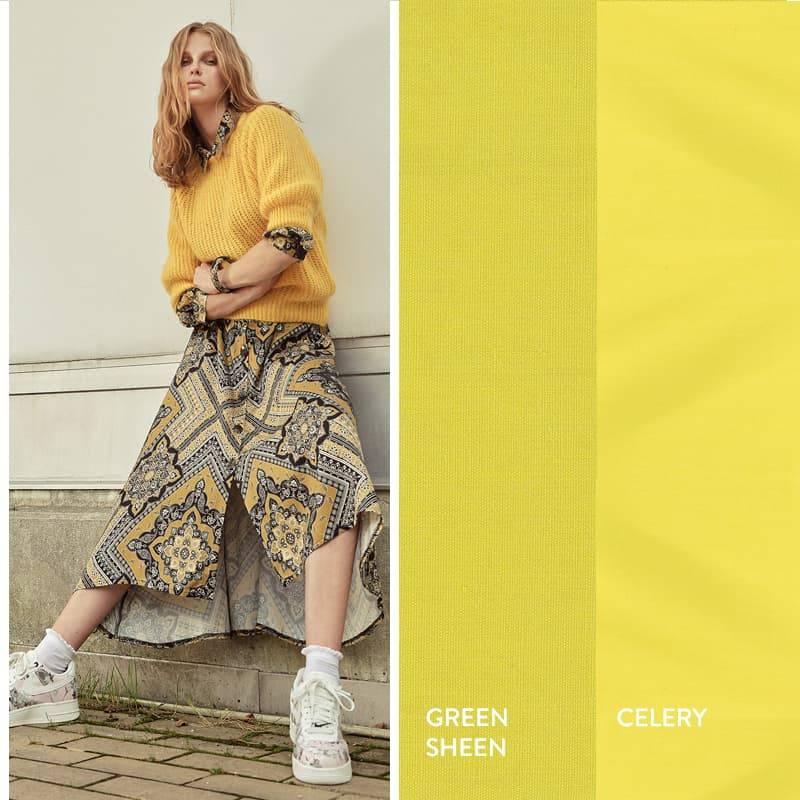 Model trägt Gelb-Schwarzes Paisley-Midikleid mit Strickpullover in Leuchtgelb
