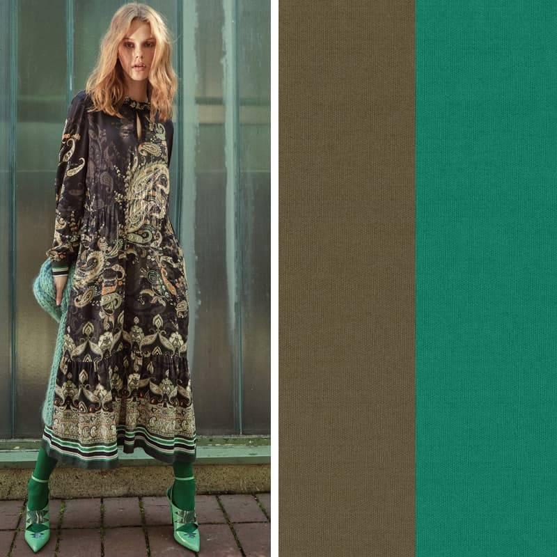 Model trägt grünes Paisley Bohokleid