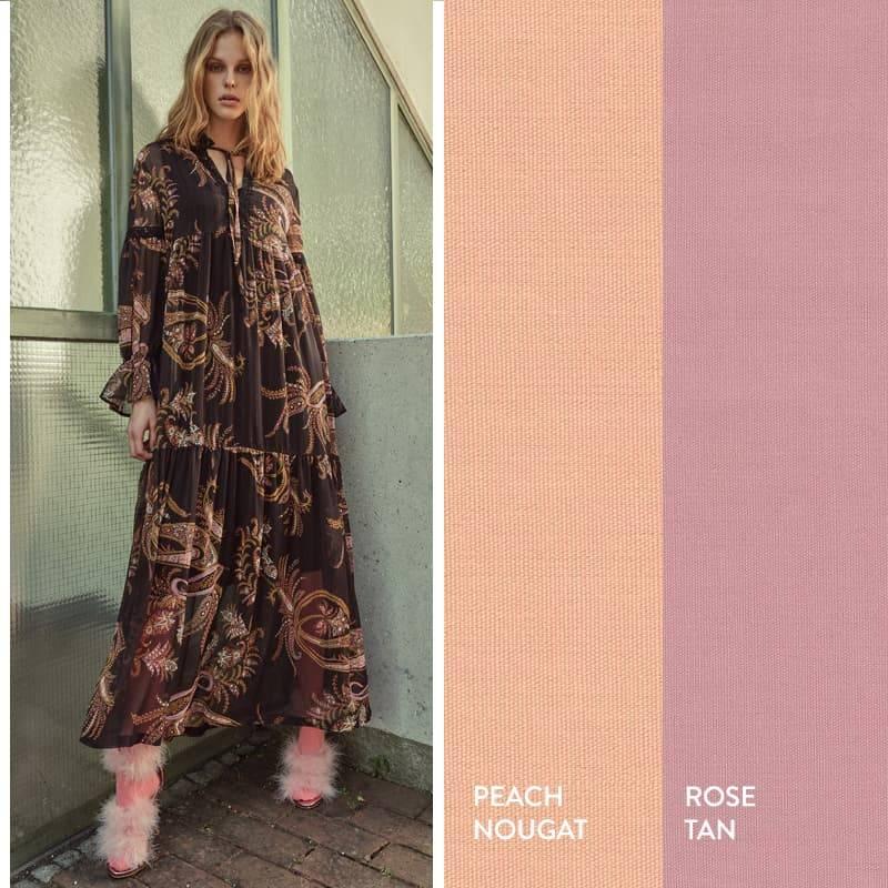 Model trägt Boho-Maxikleid mit Paisleyprint in Schwarz und Rosa