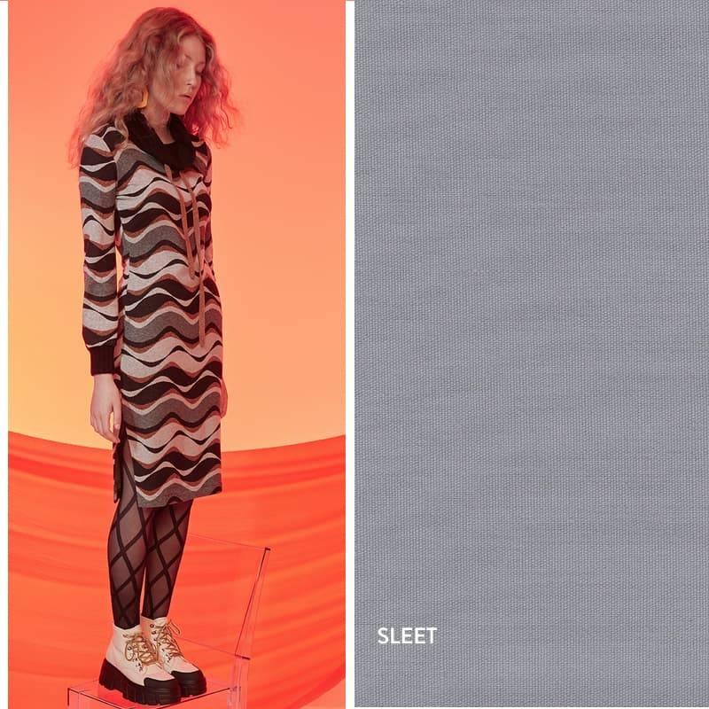 Model trägt Grau-Schwarz-Oranges Kleid mit schwarzem Kragen und langen Ärmeln