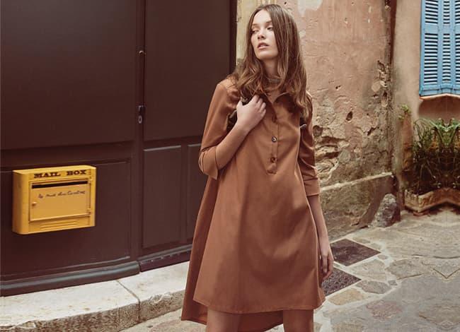Model trägt weites Blusenkleid in braun