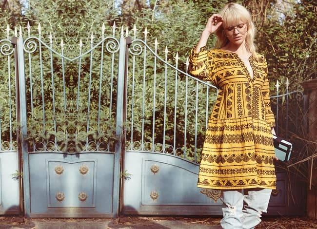 Model trägt gelbes Naturfaser Ethnokleid