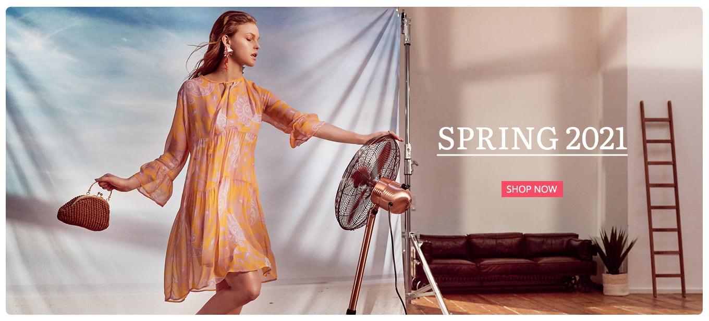 Model trägt Boho-Kleid CHABA in Orange mit Rosa Blüten
