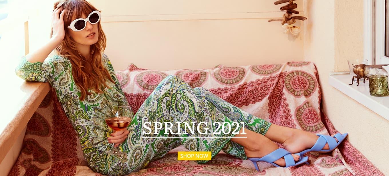 Model trägt Tunika & Hose aus der Frühlingskollektion 2021