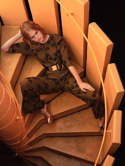 Model trägt neues Outfit aus Bluse und Hose im braun-lila Blumenprint