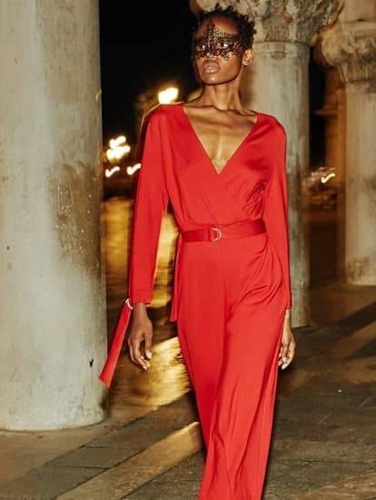 Model trägt roten abendlichen Jumpsuit