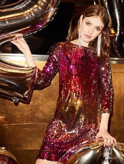 Model trägt schimmerndes Paillettenkleid