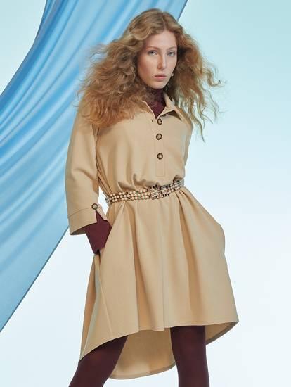 Model trägt Camel-farbiges Tunikakleid in Vokuhila-Asymmetrie