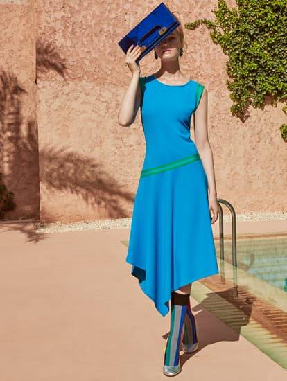Model in blauem Sommerkleid am Pool in Marrakech