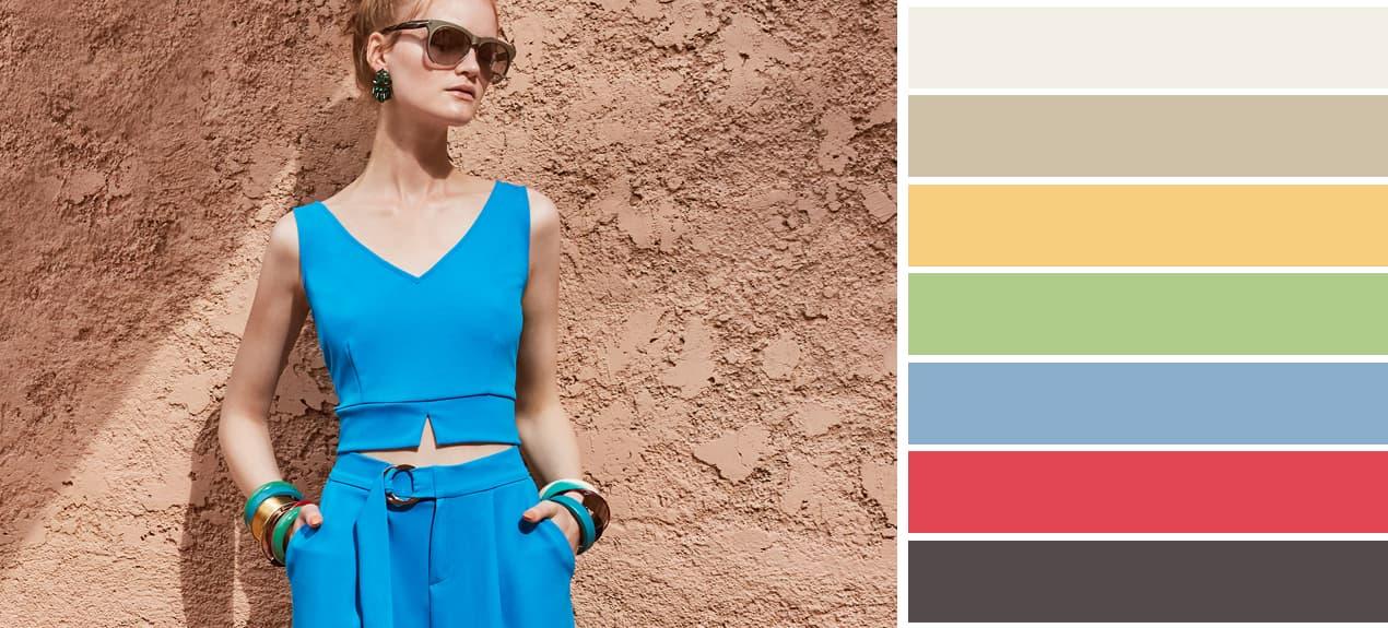Passende Farben zu Blau mit Model in blauem Top und Hose