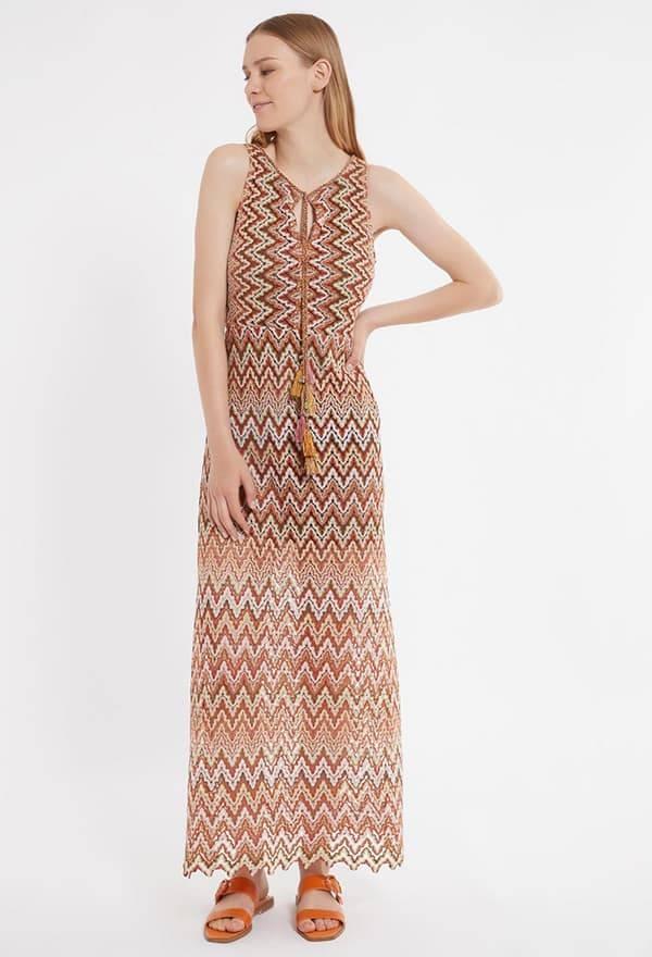 Model trägt langes Zick-Zack Kleid mit dezentem V-Ausschnitt