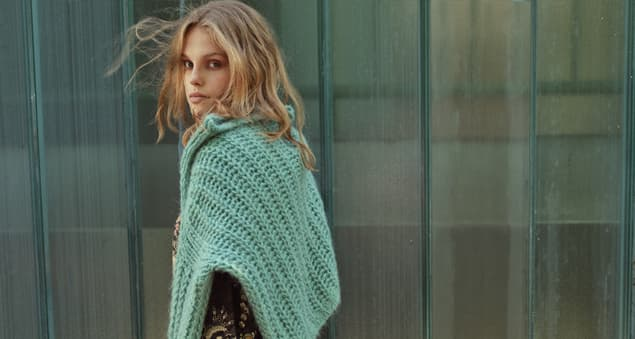 Model trägt türkisfarbenen Herbststrick Pullover