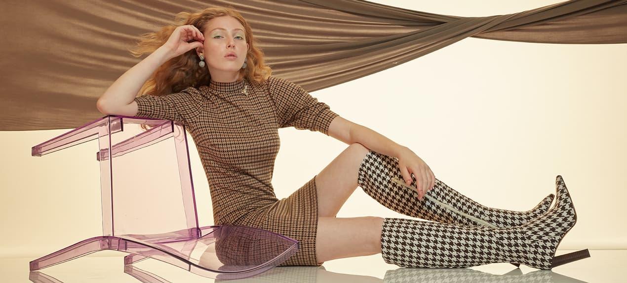 Model trägt Karokleid mit kurzen Ärmeln