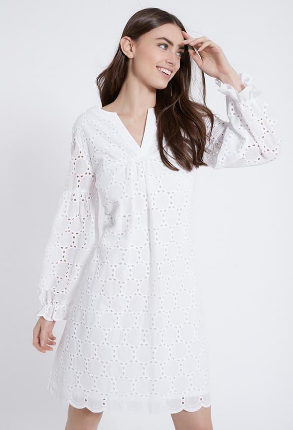 Model trägt weißes Bohokleid mit kleinem V-Ausschnitt