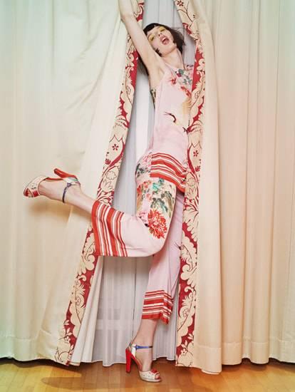 Model trägt Pyjama-Print Zweiteiler mit Asiaprint in Seide