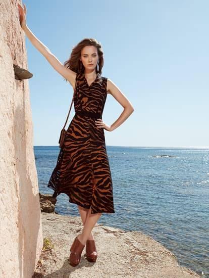 Model trägt Sommerkleid in Midi mit Animal-Ausbrenner