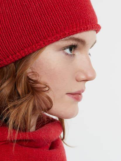 Model trägt rote Strickmütze mit Kaschmir-Anteil