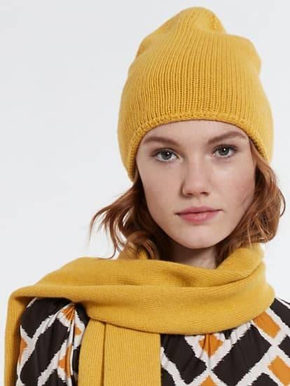 Model trägt gelbe Strickmütze