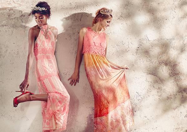 Zwei Models tragen pastellfarbene Maxikleider aus Seide und Spitze