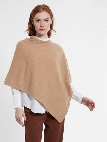 Model trägt camel-farbigen Poncho