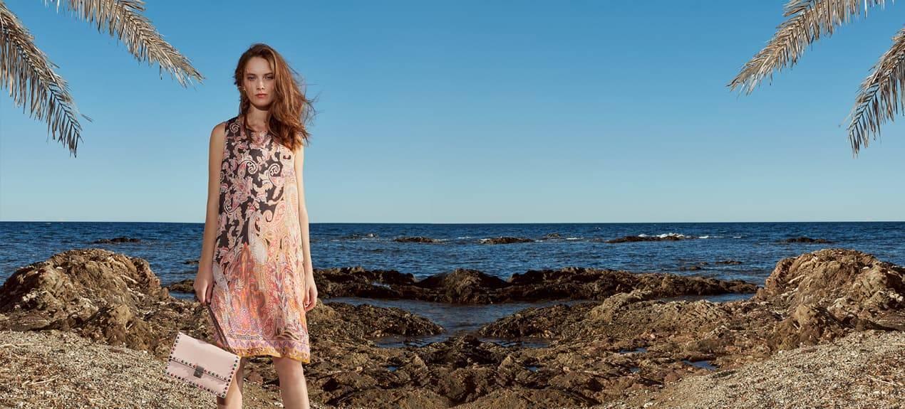 Model trägt A-Linienkleid aus Seide mit Paisleymuster an der Französischen Rivera