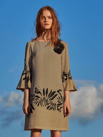 Model trägt beiges Volantkleid mit Blumenprint