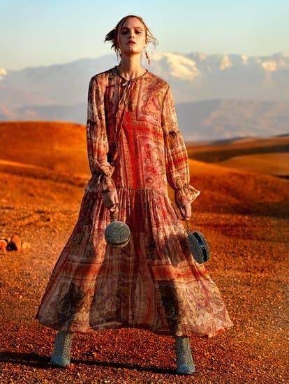 Model trägt langes Sommerkleid im Boho-Style