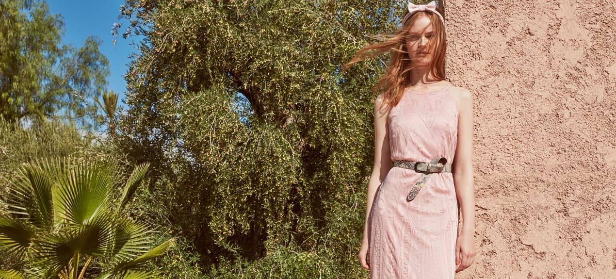Model trägt rose-farbenes Maxikleid aus feiner Spitze in Marrakech