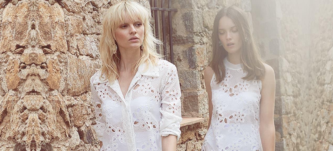 Models in weißen Spitzenkleidern in Frankreich